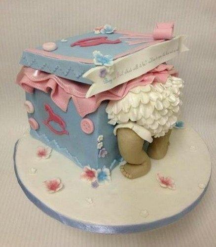 Tarta para Baby Shower con forma de bebé en una caja