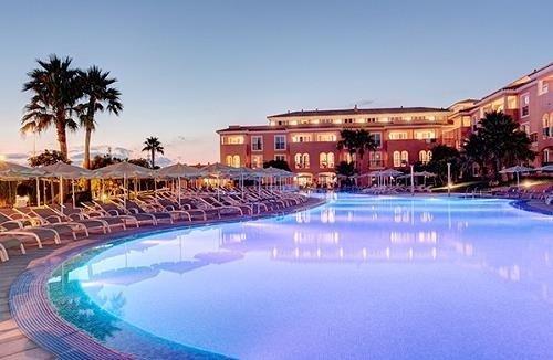 Piscina del Macarella Suites Spa, en Menorca